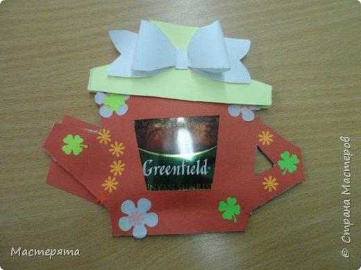 Всем здравствуйте! Меня зовут Маша, я хочу показать вам открыточки, которые мы сделали в подарок бабушкам ко Дню Добра и уважения. Вот такие чайнички с сюрпризом помогла нам смастерить наша воспитательница Вера Андреевна. фото 2