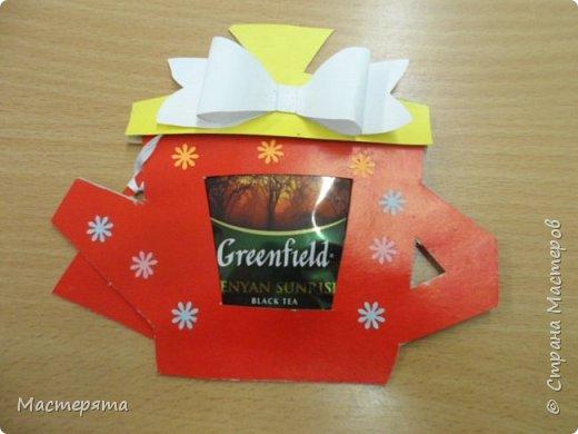 Всем здравствуйте! Меня зовут Маша, я хочу показать вам открыточки, которые мы сделали в подарок бабушкам ко Дню Добра и уважения. Вот такие чайнички с сюрпризом помогла нам смастерить наша воспитательница Вера Андреевна. фото 3