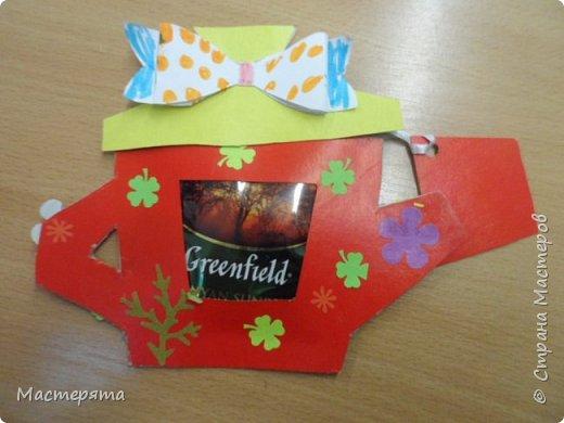 Всем здравствуйте! Меня зовут Маша, я хочу показать вам открыточки, которые мы сделали в подарок бабушкам ко Дню Добра и уважения. Вот такие чайнички с сюрпризом помогла нам смастерить наша воспитательница Вера Андреевна. фото 4