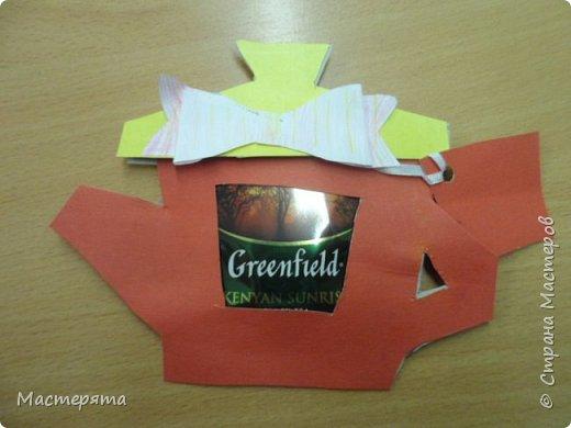 Всем здравствуйте! Меня зовут Маша, я хочу показать вам открыточки, которые мы сделали в подарок бабушкам ко Дню Добра и уважения. Вот такие чайнички с сюрпризом помогла нам смастерить наша воспитательница Вера Андреевна. фото 5