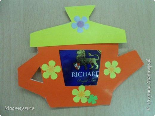 Всем здравствуйте! Меня зовут Маша, я хочу показать вам открыточки, которые мы сделали в подарок бабушкам ко Дню Добра и уважения. Вот такие чайнички с сюрпризом помогла нам смастерить наша воспитательница Вера Андреевна. фото 7