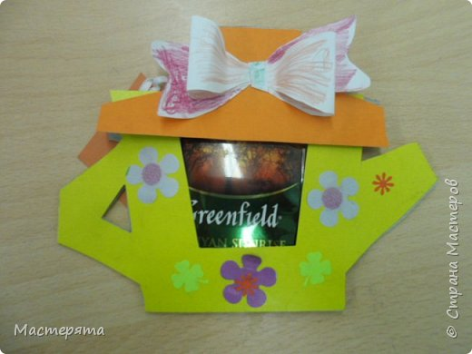 Всем здравствуйте! Меня зовут Маша, я хочу показать вам открыточки, которые мы сделали в подарок бабушкам ко Дню Добра и уважения. Вот такие чайнички с сюрпризом помогла нам смастерить наша воспитательница Вера Андреевна. фото 8