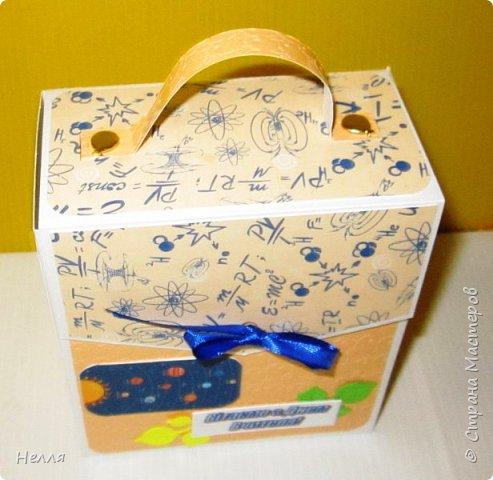 Попросил муж сделать бюджетные подарки на день Учителя. Решили сделать оригинальную упаковку для шоколадки и чая. Схему портфеля сделала, но хотелось на упаковке отразить предмет преподавателя. фото 13