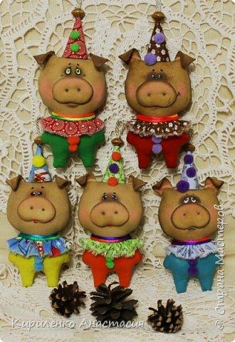 Добрый вечер! Продолжаю... Свинки высотой 18 см, с учетом колпачка, без шнурка..Вроде бы и такие, но немного другие.. фото 2