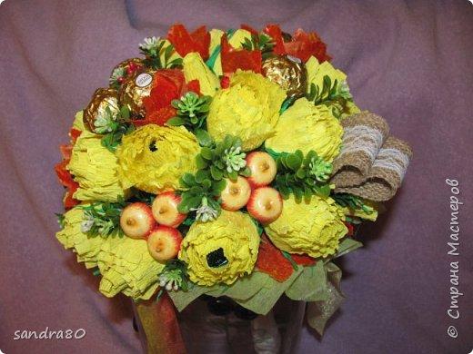 """Вот мои первые ручные букетики. Да и вообще первые из """"правильной"""" бумаги. Обычно к 1 сентября дарят столько цветов, что они учителю даже в тягость. Поэтому мы с дочками решили сделать конфетные букеты, которые подольше будут радовать. фото 4"""