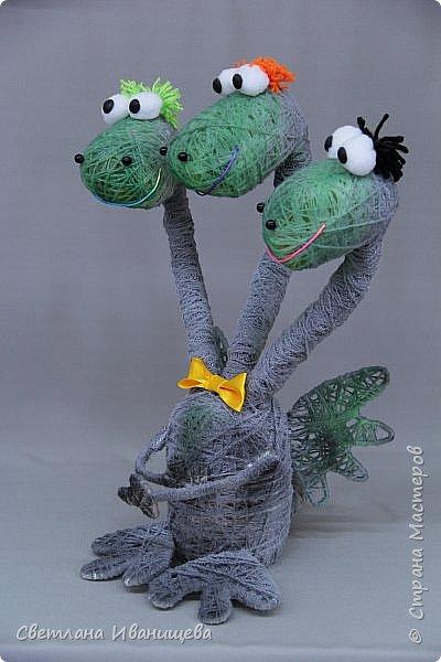 Драконы бывают разные. Бывают добрые, бывают злые. А нам удалось повстречать семейных. Дружную семью замечательных  драконов смастерила Кочева Юлия. Драконы выполнены в технике игрушек - моталок. И окрашены двумя видами спрея. фото 2