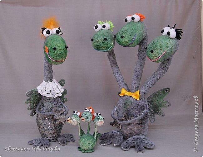 Драконы бывают разные. Бывают добрые, бывают злые. А нам удалось повстречать семейных. Дружную семью замечательных  драконов смастерила Кочева Юлия. Драконы выполнены в технике игрушек - моталок. И окрашены двумя видами спрея. фото 7