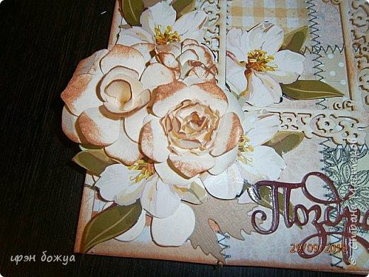 Здравствуйте мастера! Сегодня я с открыткой,которую сделала за 2 часа, используя заготовки. Как-то сшила остатки скрапбумаги в листы формата А5 для фотоальбома. Альбом пока не сложился, а заготовочки идут на открыточки. В этой открытки использовала такие шитые листочки, чипборд в виде рамки, плоские цветочки вырезаны с коробки конфет и объемные цветочки- это самодельные, сделанные с помощью ножа с Алиэкспресс. Надпись -вырубка. В общем подобрала материалы по цветовой гамме и собрала композицию. Открытка получилась нежной. Мне нравиться. фото 3