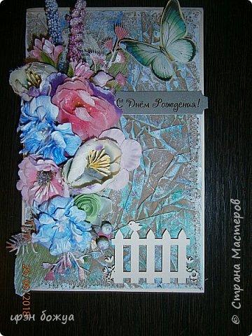 И снова открытка. В этой открытки я использовала самодельный мятый фон из крафтбумаги, прошитый на швейной машинке. Украсила чипбордом, вырубками, готовыми и самодельными  цветами, наклейка- бабочка. фото 5