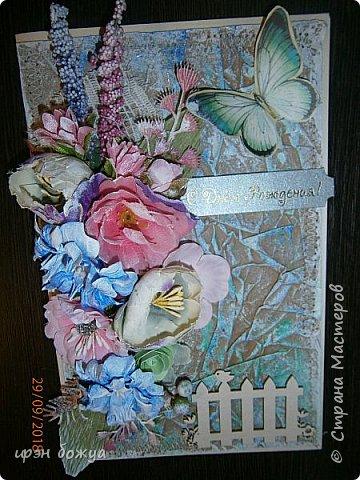 И снова открытка. В этой открытки я использовала самодельный мятый фон из крафтбумаги, прошитый на швейной машинке. Украсила чипбордом, вырубками, готовыми и самодельными  цветами, наклейка- бабочка. фото 1