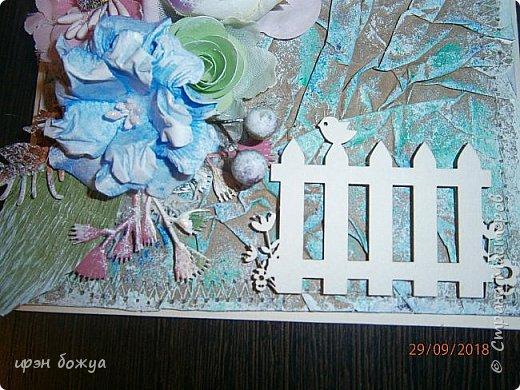 И снова открытка. В этой открытки я использовала самодельный мятый фон из крафтбумаги, прошитый на швейной машинке. Украсила чипбордом, вырубками, готовыми и самодельными  цветами, наклейка- бабочка. фото 3