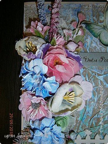 И снова открытка. В этой открытки я использовала самодельный мятый фон из крафтбумаги, прошитый на швейной машинке. Украсила чипбордом, вырубками, готовыми и самодельными  цветами, наклейка- бабочка. фото 2