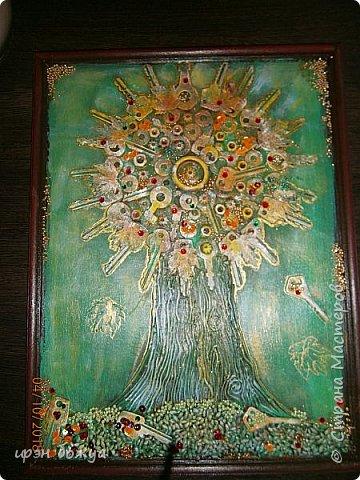 Решила я сделать опять дерево из ключей, но в цвете. Осень все-таки. раньше в подобной работе использовала два цвета: черный и золотой. Решила надо добавить красок. Сделала набросок, из горячего клея сделала ствол. Использовала вырубку-кленовые листочки, гайки, шайбы, ключи, бисер, крупу, пайетки. все собрала, расцветила. Картина стоит на выставке)на работе). Теперь смотрим. фото 1