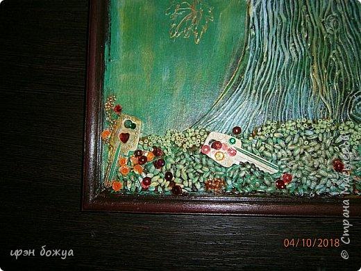 Решила я сделать опять дерево из ключей, но в цвете. Осень все-таки. раньше в подобной работе использовала два цвета: черный и золотой. Решила надо добавить красок. Сделала набросок, из горячего клея сделала ствол. Использовала вырубку-кленовые листочки, гайки, шайбы, ключи, бисер, крупу, пайетки. все собрала, расцветила. Картина стоит на выставке)на работе). Теперь смотрим. фото 10