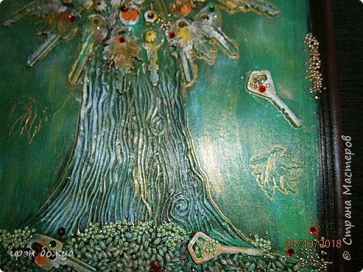Решила я сделать опять дерево из ключей, но в цвете. Осень все-таки. раньше в подобной работе использовала два цвета: черный и золотой. Решила надо добавить красок. Сделала набросок, из горячего клея сделала ствол. Использовала вырубку-кленовые листочки, гайки, шайбы, ключи, бисер, крупу, пайетки. все собрала, расцветила. Картина стоит на выставке)на работе). Теперь смотрим. фото 8