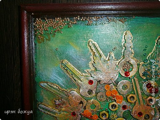 Решила я сделать опять дерево из ключей, но в цвете. Осень все-таки. раньше в подобной работе использовала два цвета: черный и золотой. Решила надо добавить красок. Сделала набросок, из горячего клея сделала ствол. Использовала вырубку-кленовые листочки, гайки, шайбы, ключи, бисер, крупу, пайетки. все собрала, расцветила. Картина стоит на выставке)на работе). Теперь смотрим. фото 13