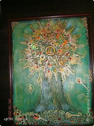 Решила я сделать опять дерево из ключей, но в цвете. Осень все-таки. раньше в подобной работе использовала два цвета: черный и золотой. Решила надо добавить красок. Сделала набросок, из горячего клея сделала ствол. Использовала вырубку-кленовые листочки, гайки, шайбы, ключи, бисер, крупу, пайетки. все собрала, расцветила. Картина стоит на выставке)на работе). Теперь смотрим. фото 15