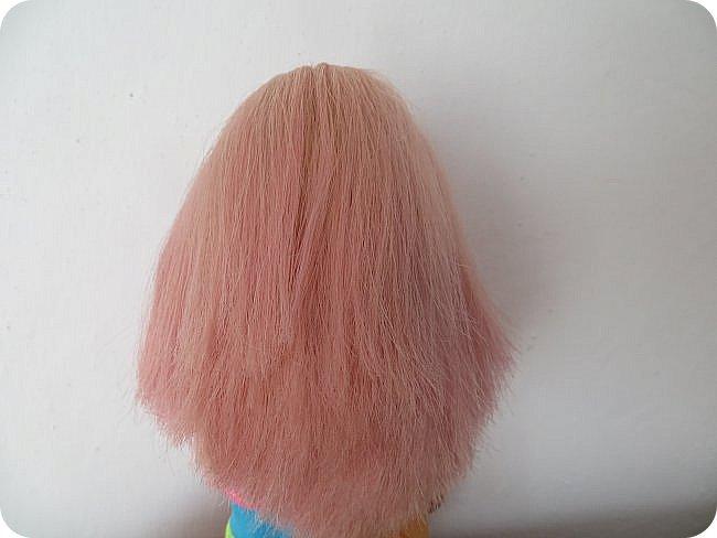 красить волосы кукле уже пробовали разными способами-акварель и гуашь, специальные краски и тоники, а я предлагаю вам опробовать в деле восковый мелок) вот результат окраски розовым карандашом: фото 1