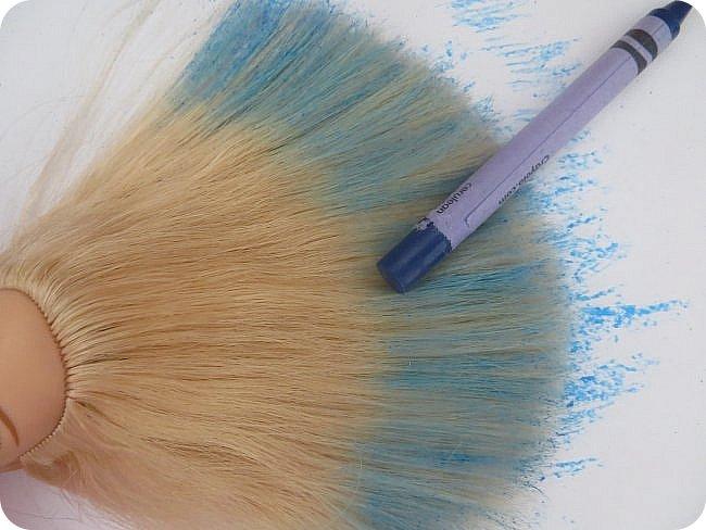 красить волосы кукле уже пробовали разными способами-акварель и гуашь, специальные краски и тоники, а я предлагаю вам опробовать в деле восковый мелок) вот результат окраски розовым карандашом: фото 2