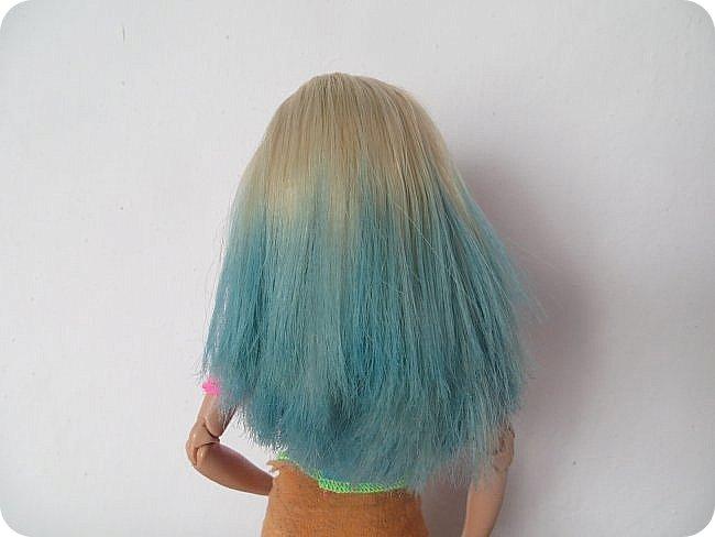 красить волосы кукле уже пробовали разными способами-акварель и гуашь, специальные краски и тоники, а я предлагаю вам опробовать в деле восковый мелок) вот результат окраски розовым карандашом: фото 3