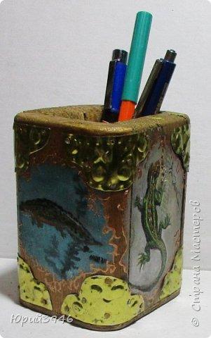 """Стакан для карандашей и ручек в """"авторском"""" стиле. Выполнен из деревянных дощечек, с накладками из жёлтой жести с чеканкой. Рисунки выполнены масляной краской фото 1"""