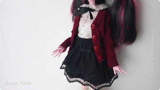 Всем привет! Предлагаю вам сшить школьную форму для куклы Монстер Хай!  Это первая часть DIY, в которой я шью юбку. Всего их будет три.  Материалы и инструменты: ~ ткань (у меня это стрейч-сатин, но можно взять другую, например, хлопок) ~ кружево ~ лента ~ бельевая резинка  ~ нитки ~ иголки ~ ножницы ~ карандаш ~ линейка