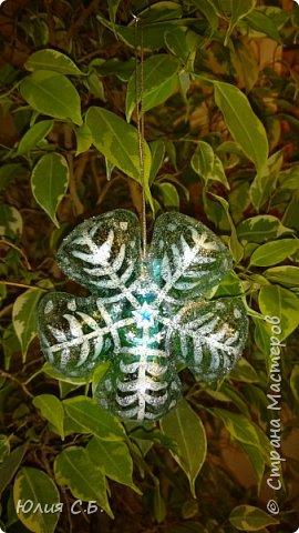 В год экологии в России школьникам и дошкольникам было дано задание сделать новогоднее украшение из вторсырья. Вот что получилось: фото 3