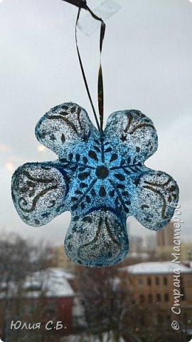 В год экологии в России школьникам и дошкольникам было дано задание сделать новогоднее украшение из вторсырья. Вот что получилось: фото 1