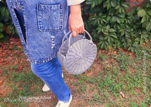 Здравствуйте, гости моей странички. Сегодня я с новинкой! Плетеная круглая сумка Бриджит тренд этого года! Давно я хотела ее сплести, но все никак руки не доходили. Очень популярна и красива! Крепкая, прочная и легкая, не боится влаги.  d – 24 см., ш. – 9 см.  Сумка без подклада. Внутрь можно положить яркий шарф или платок, повторяющий один из цветов вашего наряда, тогда сумочка подойдет под любой ваш образ.  фото 7