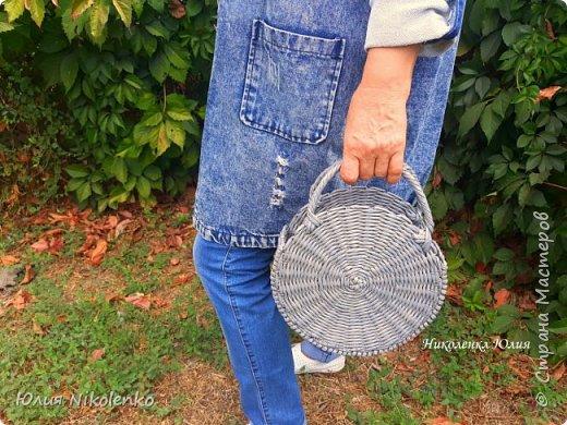 Здравствуйте, гости моей странички. Сегодня я с новинкой! Плетеная круглая сумка Бриджит тренд этого года! Давно я хотела ее сплести, но все никак руки не доходили. Очень популярна и красива! Крепкая, прочная и легкая, не боится влаги.  d – 24 см., ш. – 9 см.  Сумка без подклада. Внутрь можно положить яркий шарф или платок, повторяющий один из цветов вашего наряда, тогда сумочка подойдет под любой ваш образ.  фото 8