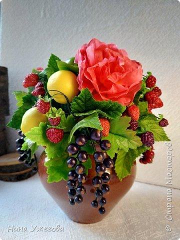 Захотелось снова окунуться в лето!  Ягодно-фруктовый садовый микс: малина, ежевика, смородина чёрная и красная, земляника, виктория, слива, яблоко и цветы шиповника.  Выполнено мной из самоотвердевающих полимерных глин (холодного фарфора) тайского и японского производства. Два горшочка, как близнецы - очень похожи, но всё-таки разные! фото 1