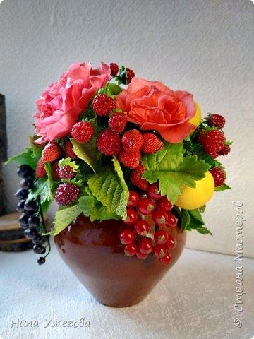 Захотелось снова окунуться в лето!  Ягодно-фруктовый садовый микс: малина, ежевика, смородина чёрная и красная, земляника, виктория, слива, яблоко и цветы шиповника.  Выполнено мной из самоотвердевающих полимерных глин (холодного фарфора) тайского и японского производства. Два горшочка, как близнецы - очень похожи, но всё-таки разные! фото 2