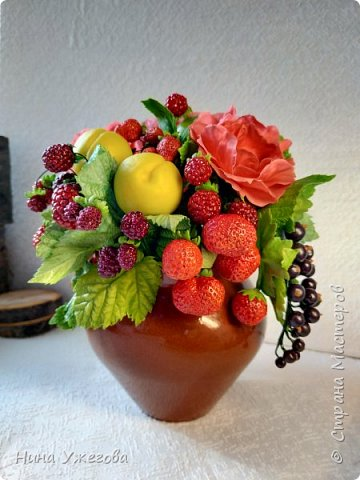 Захотелось снова окунуться в лето!  Ягодно-фруктовый садовый микс: малина, ежевика, смородина чёрная и красная, земляника, виктория, слива, яблоко и цветы шиповника.  Выполнено мной из самоотвердевающих полимерных глин (холодного фарфора) тайского и японского производства. Два горшочка, как близнецы - очень похожи, но всё-таки разные! фото 5