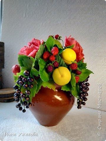 Захотелось снова окунуться в лето!  Ягодно-фруктовый садовый микс: малина, ежевика, смородина чёрная и красная, земляника, виктория, слива, яблоко и цветы шиповника.  Выполнено мной из самоотвердевающих полимерных глин (холодного фарфора) тайского и японского производства. Два горшочка, как близнецы - очень похожи, но всё-таки разные! фото 3