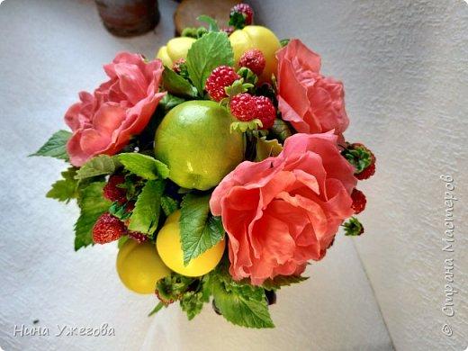Захотелось снова окунуться в лето!  Ягодно-фруктовый садовый микс: малина, ежевика, смородина чёрная и красная, земляника, виктория, слива, яблоко и цветы шиповника.  Выполнено мной из самоотвердевающих полимерных глин (холодного фарфора) тайского и японского производства. Два горшочка, как близнецы - очень похожи, но всё-таки разные! фото 4