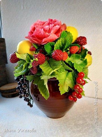 Захотелось снова окунуться в лето!  Ягодно-фруктовый садовый микс: малина, ежевика, смородина чёрная и красная, земляника, виктория, слива, яблоко и цветы шиповника.  Выполнено мной из самоотвердевающих полимерных глин (холодного фарфора) тайского и японского производства. Два горшочка, как близнецы - очень похожи, но всё-таки разные! фото 8