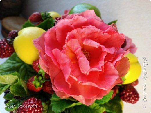 Захотелось снова окунуться в лето!  Ягодно-фруктовый садовый микс: малина, ежевика, смородина чёрная и красная, земляника, виктория, слива, яблоко и цветы шиповника.  Выполнено мной из самоотвердевающих полимерных глин (холодного фарфора) тайского и японского производства. Два горшочка, как близнецы - очень похожи, но всё-таки разные! фото 6