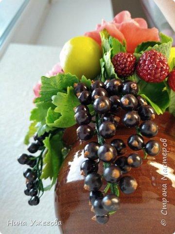 Захотелось снова окунуться в лето!  Ягодно-фруктовый садовый микс: малина, ежевика, смородина чёрная и красная, земляника, виктория, слива, яблоко и цветы шиповника.  Выполнено мной из самоотвердевающих полимерных глин (холодного фарфора) тайского и японского производства. Два горшочка, как близнецы - очень похожи, но всё-таки разные! фото 7