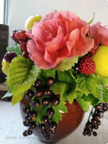 Захотелось снова окунуться в лето!  Ягодно-фруктовый садовый микс: малина, ежевика, смородина чёрная и красная, земляника, виктория, слива, яблоко и цветы шиповника.  Выполнено мной из самоотвердевающих полимерных глин (холодного фарфора) тайского и японского производства. Два горшочка, как близнецы - очень похожи, но всё-таки разные! фото 9
