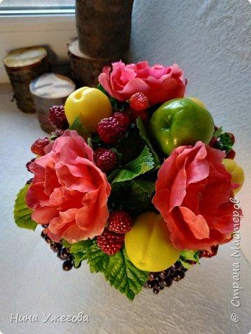 Захотелось снова окунуться в лето!  Ягодно-фруктовый садовый микс: малина, ежевика, смородина чёрная и красная, земляника, виктория, слива, яблоко и цветы шиповника.  Выполнено мной из самоотвердевающих полимерных глин (холодного фарфора) тайского и японского производства. Два горшочка, как близнецы - очень похожи, но всё-таки разные! фото 10
