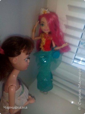 Всем привет! У меня очень хорошее настроение. Потому что 28 сентября мне подарили оригинальную куклу эвер афтер хай. Не могла никак выложить блог, так как школа, д/з.И времени не было. Так что я заболталась. Начнём. ( От лица  Эбби ) Привет! Давно не видились. У меня такая новость. К нам приехала новенькая. Ну что пойдёмте к ней. фото 9