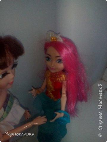 Всем привет! У меня очень хорошее настроение. Потому что 28 сентября мне подарили оригинальную куклу эвер афтер хай. Не могла никак выложить блог, так как школа, д/з.И времени не было. Так что я заболталась. Начнём. ( От лица  Эбби ) Привет! Давно не видились. У меня такая новость. К нам приехала новенькая. Ну что пойдёмте к ней. фото 11