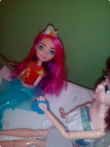 Всем привет! У меня очень хорошее настроение. Потому что 28 сентября мне подарили оригинальную куклу эвер афтер хай. Не могла никак выложить блог, так как школа, д/з.И времени не было. Так что я заболталась. Начнём. ( От лица  Эбби ) Привет! Давно не видились. У меня такая новость. К нам приехала новенькая. Ну что пойдёмте к ней. фото 27