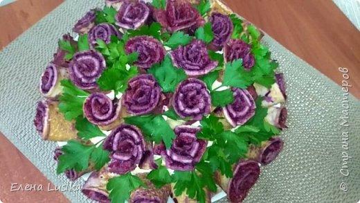 """Ваши гости будут в восторге!!! Праздничный и всеми любимый салат """"Сельдь под шубой"""" с очень красивой подачей в виде букета роз."""