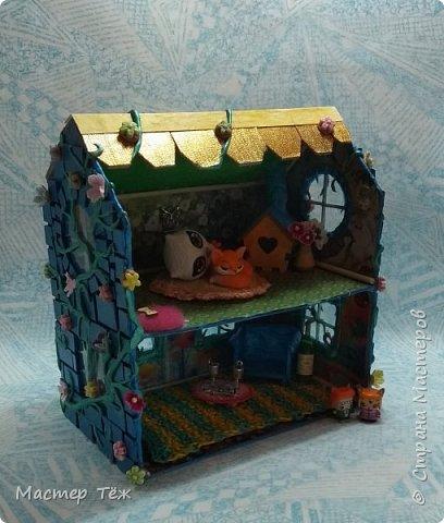 Давным-давно у меня поселились две милые игрушки, которые запали в самую глубину художника!  И как-то сам-собой взялся картон от коробки, скотч, линейка, карандаш. Час я усердно работал над чертежом, измерял размеры, формы и причуды кукольного строительства. Так появилось это жилище — домик двух маленьких жильцов.   Оформление затянулось на полгода или чуть больше этого, т.к. собирал я его для себя, для любования и радости. Мне хотелось строго взвесить каждую деталь будущего интерьера, поэтому сборка заняла много времени.   Но сегодня я сделал последний штрих — приклеил маленькие цветы на фасад. И… проект был наконец-то завершен.  фото 4