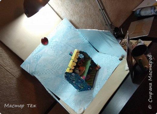 Давным-давно у меня поселились две милые игрушки, которые запали в самую глубину художника!  И как-то сам-собой взялся картон от коробки, скотч, линейка, карандаш. Час я усердно работал над чертежом, измерял размеры, формы и причуды кукольного строительства. Так появилось это жилище — домик двух маленьких жильцов.   Оформление затянулось на полгода или чуть больше этого, т.к. собирал я его для себя, для любования и радости. Мне хотелось строго взвесить каждую деталь будущего интерьера, поэтому сборка заняла много времени.   Но сегодня я сделал последний штрих — приклеил маленькие цветы на фасад. И… проект был наконец-то завершен.  фото 10