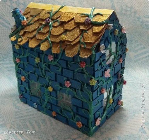 Давным-давно у меня поселились две милые игрушки, которые запали в самую глубину художника!  И как-то сам-собой взялся картон от коробки, скотч, линейка, карандаш. Час я усердно работал над чертежом, измерял размеры, формы и причуды кукольного строительства. Так появилось это жилище — домик двух маленьких жильцов.   Оформление затянулось на полгода или чуть больше этого, т.к. собирал я его для себя, для любования и радости. Мне хотелось строго взвесить каждую деталь будущего интерьера, поэтому сборка заняла много времени.   Но сегодня я сделал последний штрих — приклеил маленькие цветы на фасад. И… проект был наконец-то завершен.  фото 3