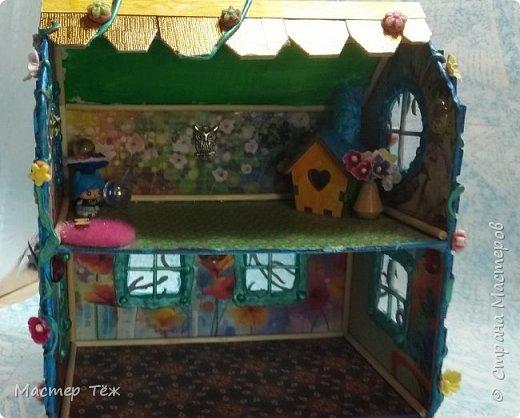 Давным-давно у меня поселились две милые игрушки, которые запали в самую глубину художника!  И как-то сам-собой взялся картон от коробки, скотч, линейка, карандаш. Час я усердно работал над чертежом, измерял размеры, формы и причуды кукольного строительства. Так появилось это жилище — домик двух маленьких жильцов.   Оформление затянулось на полгода или чуть больше этого, т.к. собирал я его для себя, для любования и радости. Мне хотелось строго взвесить каждую деталь будущего интерьера, поэтому сборка заняла много времени.   Но сегодня я сделал последний штрих — приклеил маленькие цветы на фасад. И… проект был наконец-то завершен.  фото 9