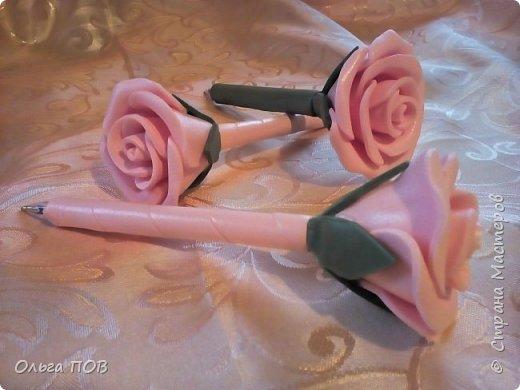 В перерывах между созданием больших цветов, из обрезков решила сделать маленькие розочки. А чтоб они являлись украшением чего-либо сделала их на шариковых ручках фото 1