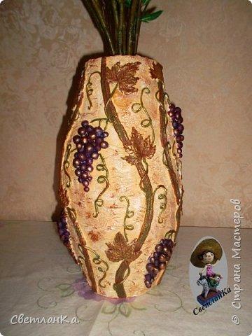 Купила осенний букет, а вазы нет. Решила сделать вазу сама. Посмотрела несколько мастер классов по изготовлению ваз, и вот результат. Основа пластиковая канализационная труба, картон и масса папье маше. Отделка соленое тесто. Роспись акриловые краски.  Сначала фрагменты.   фото 5